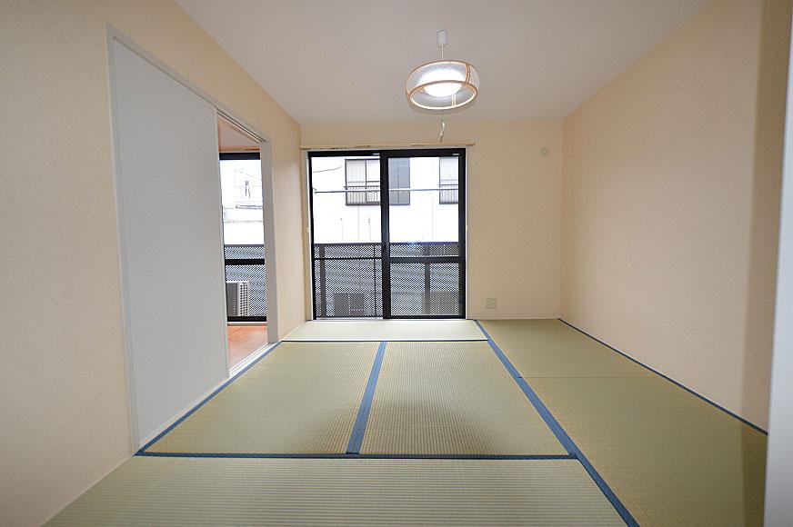 白い壁と緑の畳がいい感じですね
