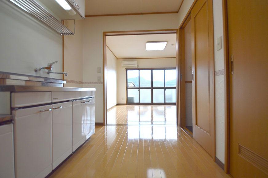 宿毛市賃貸マンション-キッチンから見た洋室