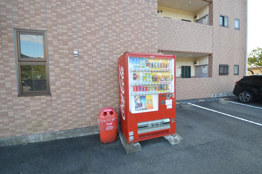敷地内に便利な自動販売機