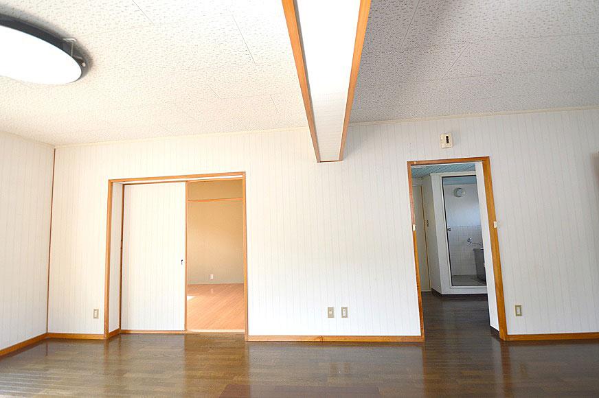 左が洋室6畳で、右がバスルームです。