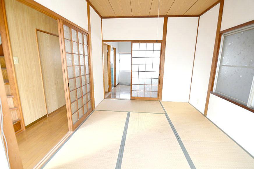 1階の和室からキッチン