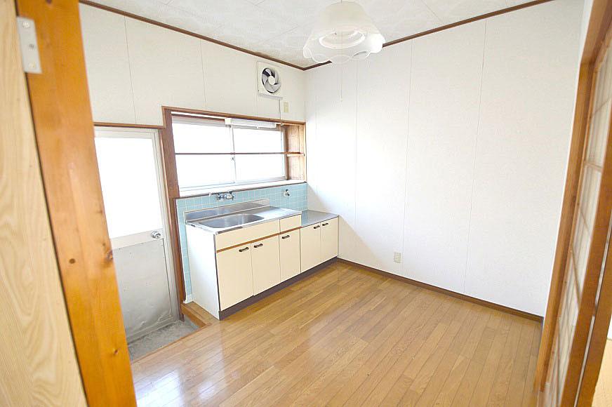 廊下からキッチン(類似物件のものです)