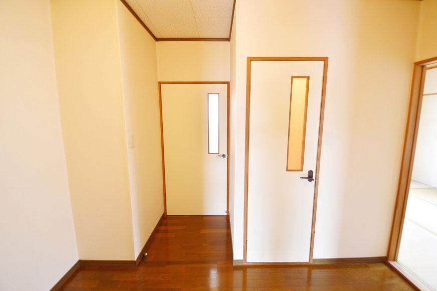 右がトイレで左がお風呂場です。