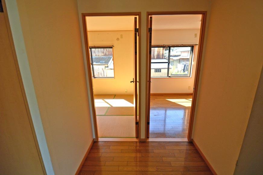 玄関ホールから和室と洋室