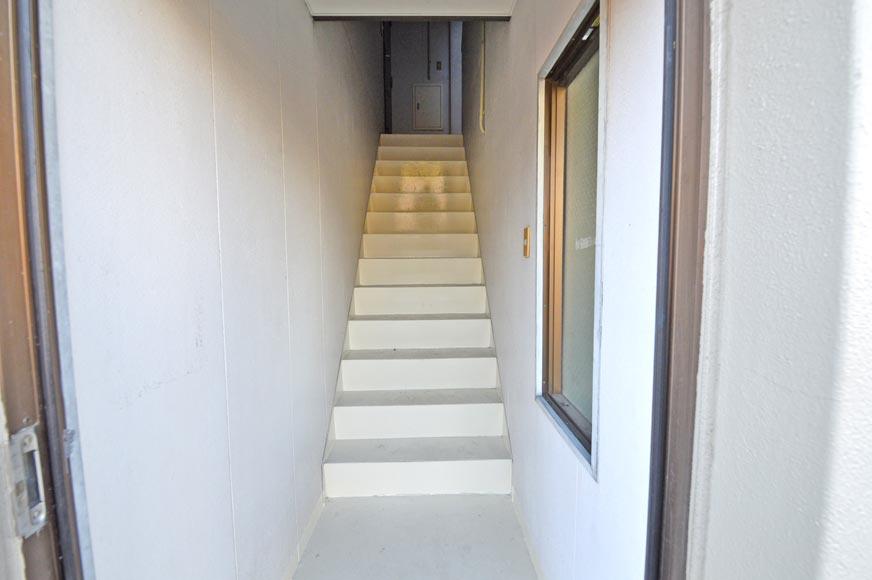 雨に濡れない階段です。
